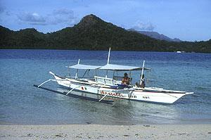 Den filipinske udgave af en udriggerkano, den såkaldte &;banka&; bruges
